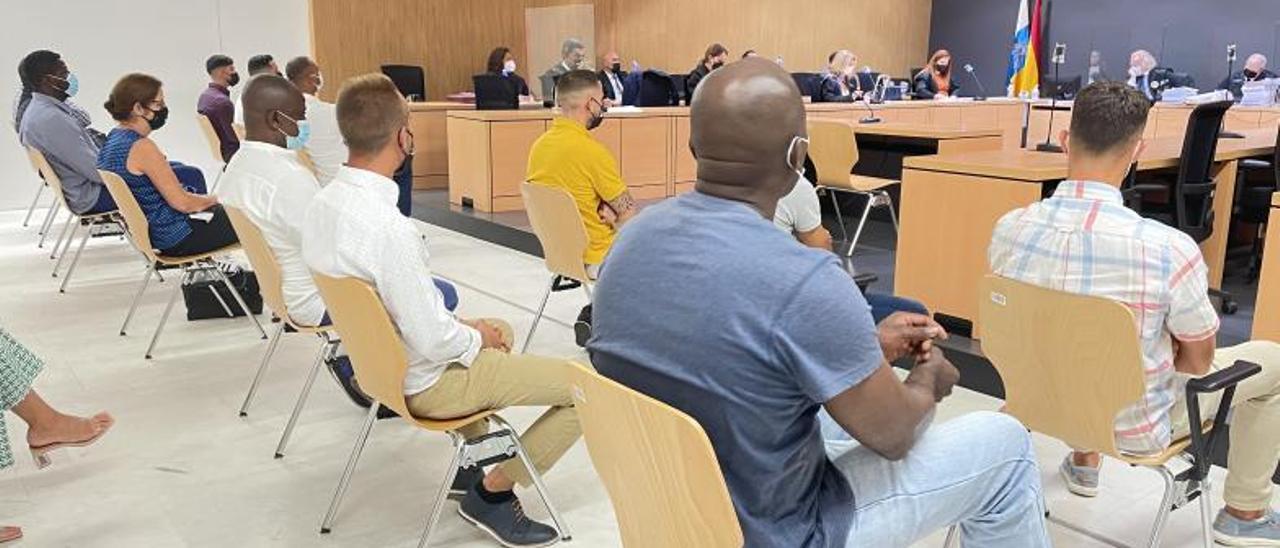Los acusados ayer durante el juicio en su contra.   M. S. J.