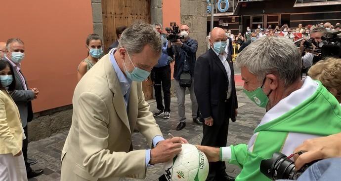 El Rey Felipe VI firma un balón a un bético en ...