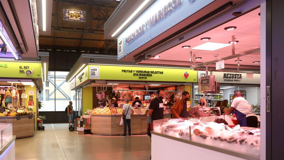 Zaragozanos, este martes, en el interior del Mercado Central, uno de los lugares preferidos de la ciudad para realizar las compras por su gran variedad y buenos precios.