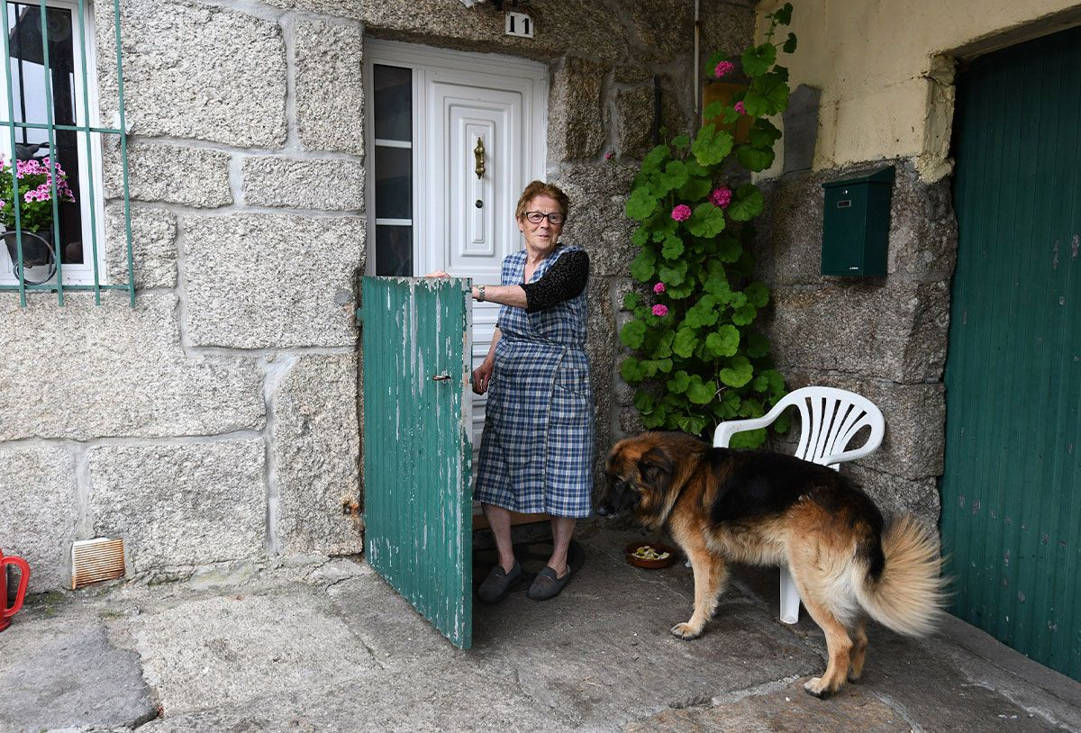 Una de las vecinas en su casa de Cavadosa