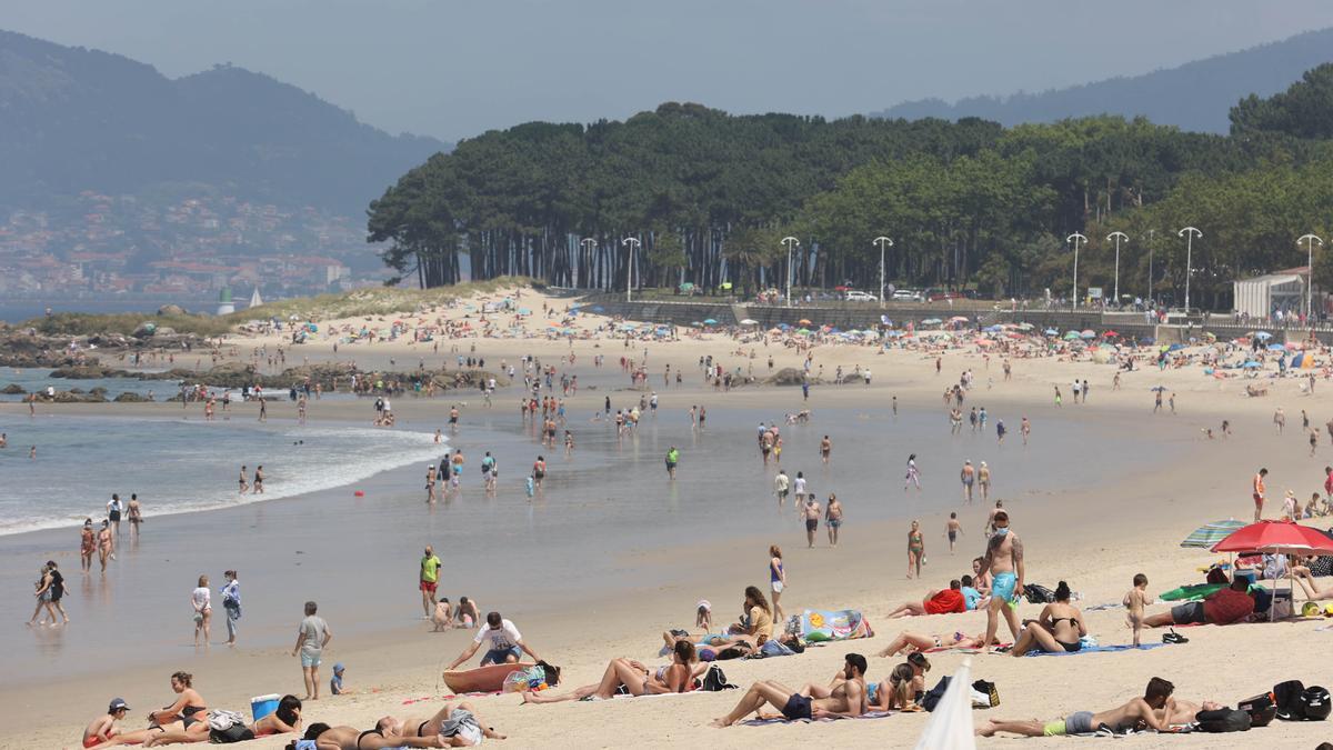 Afluencia de público en la playa de Samil, en Vigo, durante la pandemia de COVID-19.