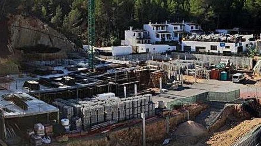 La promotora del edificio paralizado en Cala Vedella ya ha vendido varios pisos