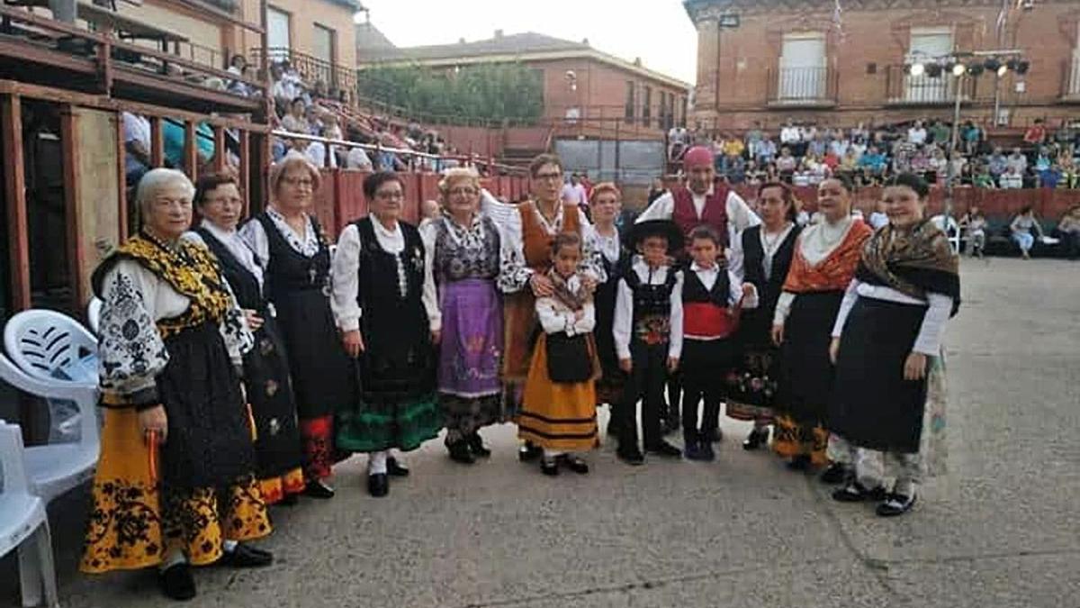 El grupo de jotas Vacceos minutos antes de una actuación. | Cedida