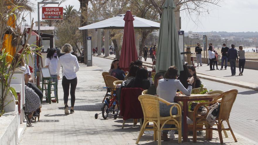 ¿Por qué se puede comer dentro de un hotel de Mallorca y no en el interior de un bar?