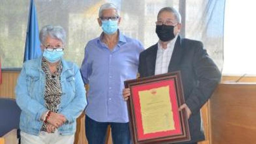 Abalo entregou o premio a Xerardo Dasairas en presenza da presidenta de Daravelo.   | // G.Núñez