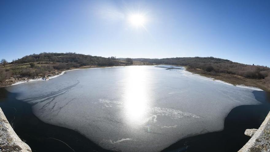 El frío glaciar congela el embalse del Mao