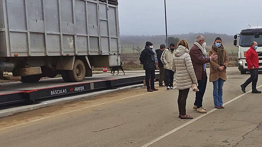 Friera realiza la prueba de carga de la nueva báscula de pesaje de vehículos