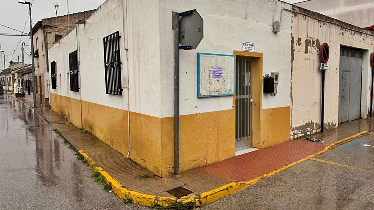 Correntías Office, with a narrow entrance through which wheelchairs cannot access.  |  INFORMATION