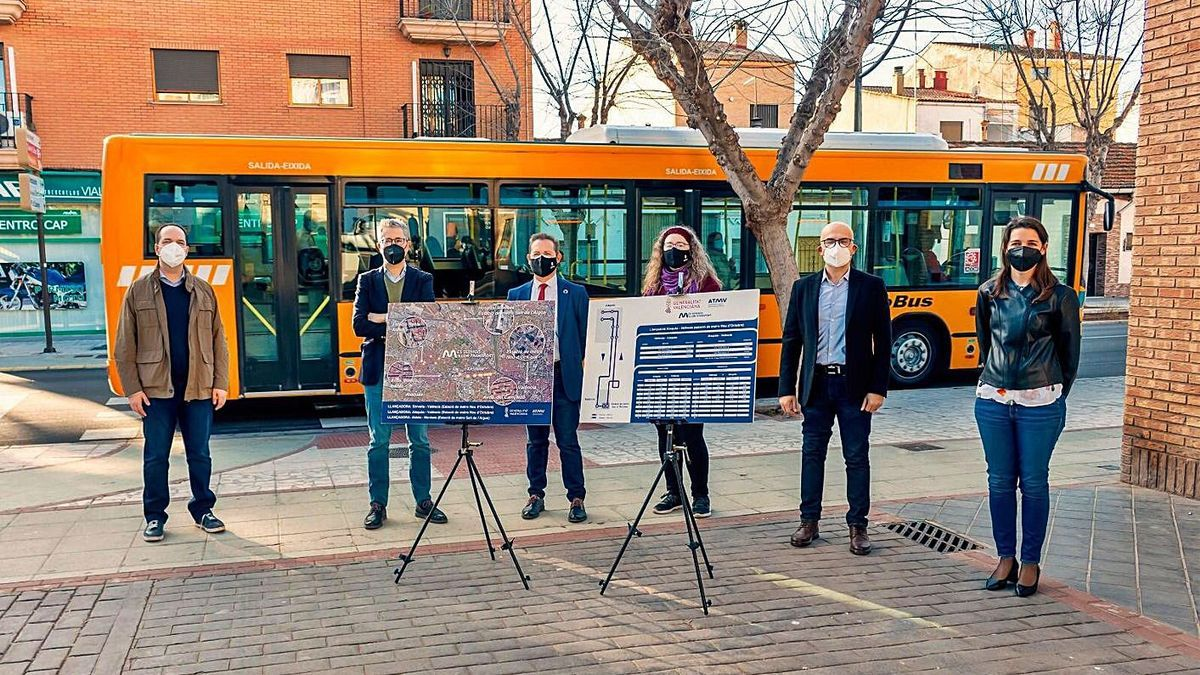 El conseller España con los alcaldes y la edila de Xirivella, ayer.   GVA