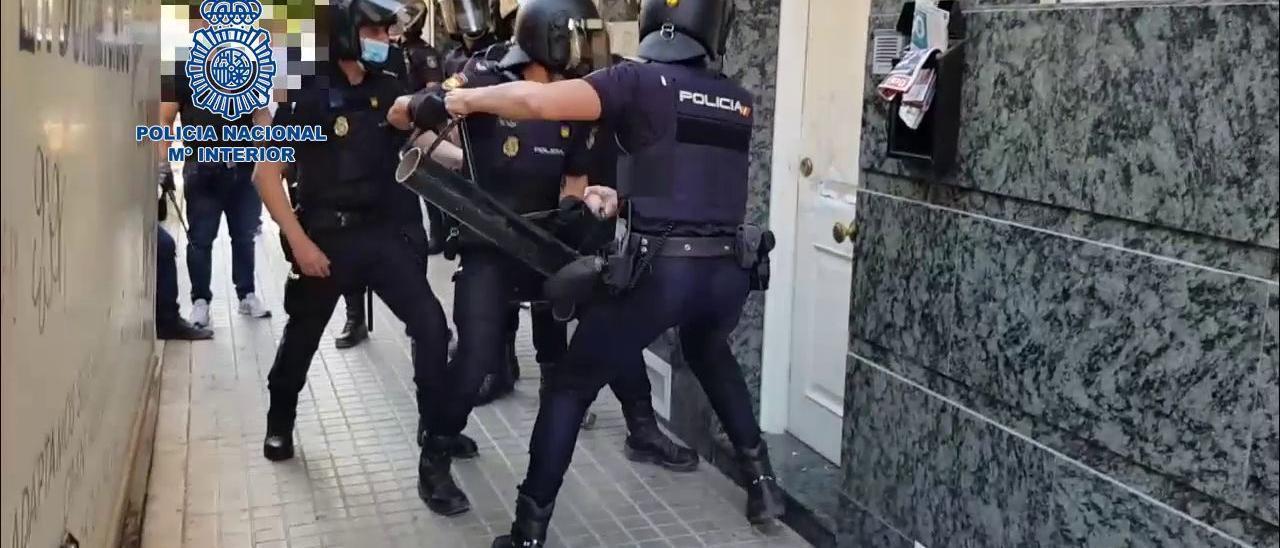 Los agentes de la Policía Nacional entran a la vivienda donde se producían los hechos.