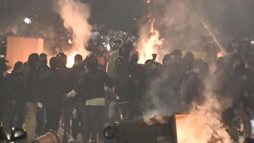 Graves disturbios en Nápoles en una protesta contra la imposición del toque de queda