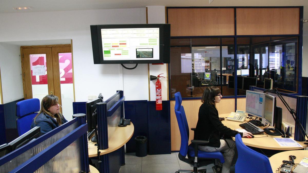 Empleados trabajan en una oficina antes de la pandemia.