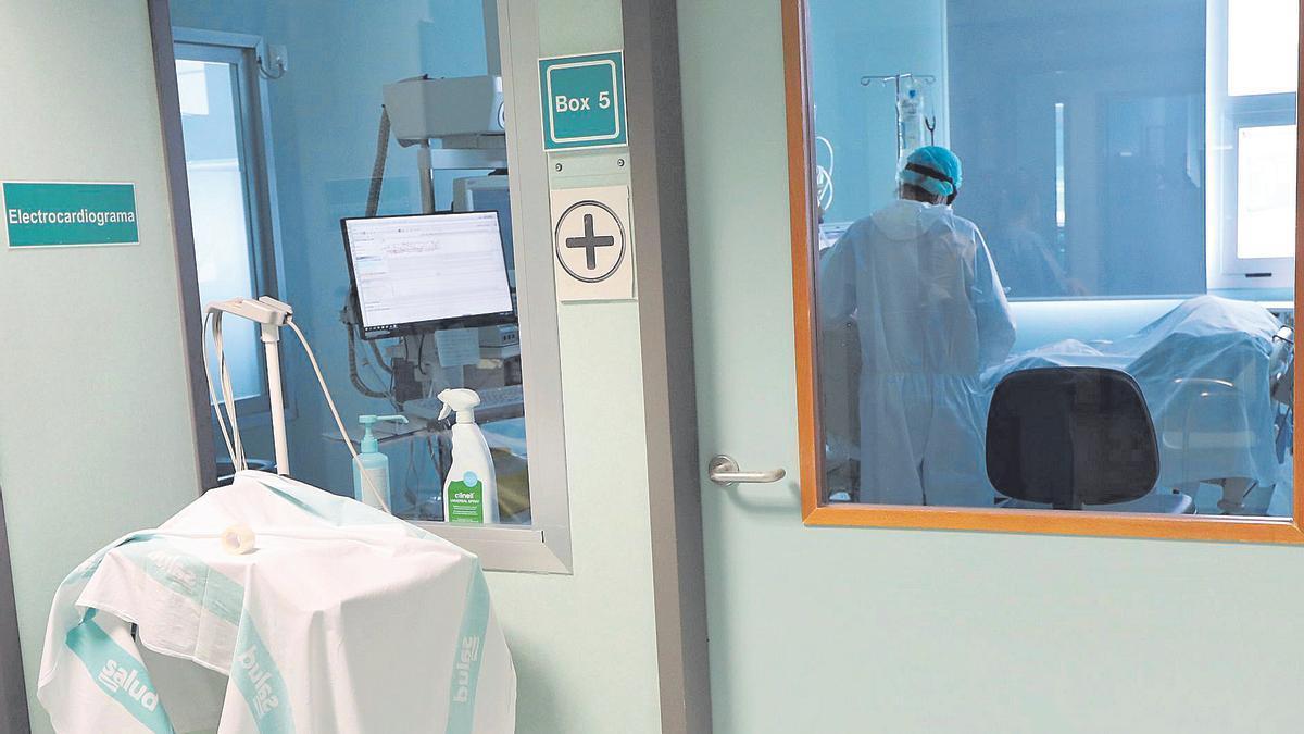 Un sanitario del hospital Miguel Servet atiende a un enfermo de covid en la uci polivalente del centro, el mes pasado