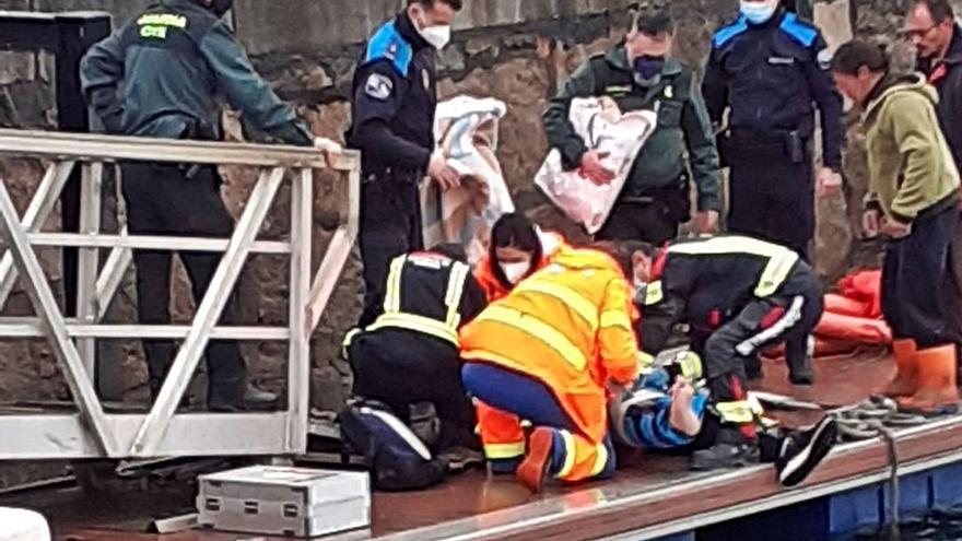 Rescatan a los tres tripulantes de un pesquero de Aldán que naufragó tras chocar con una batea