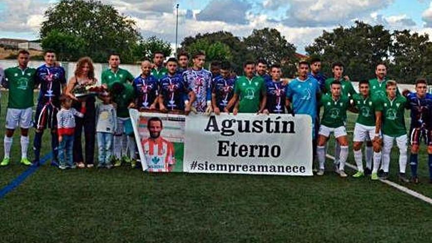 La ya tradicional foto conmemorativa entre los dos equipos de Agustín Villar.