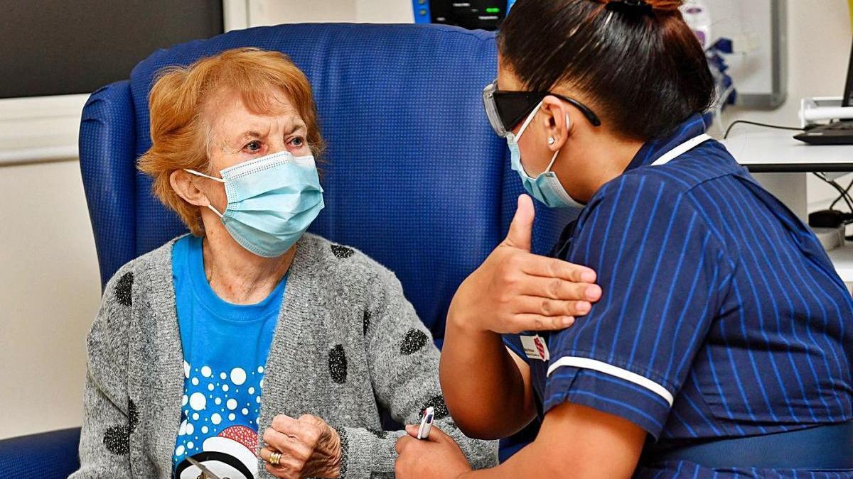 Una dona de 90 anys, la primera del món a rebre la vacuna de Pfizer