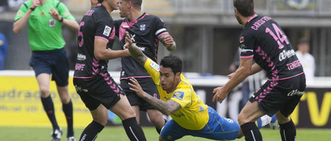 Sergio Araujo cae ante la presión de Vitolo, Albizua y Carlos Ruiz y la mirada del colegiado.