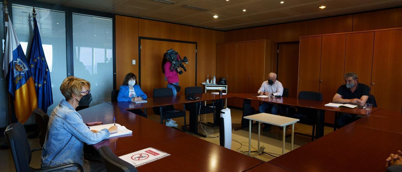 Reunión Elena Máñez con representantes de los sindicatos UGT y CCOO.