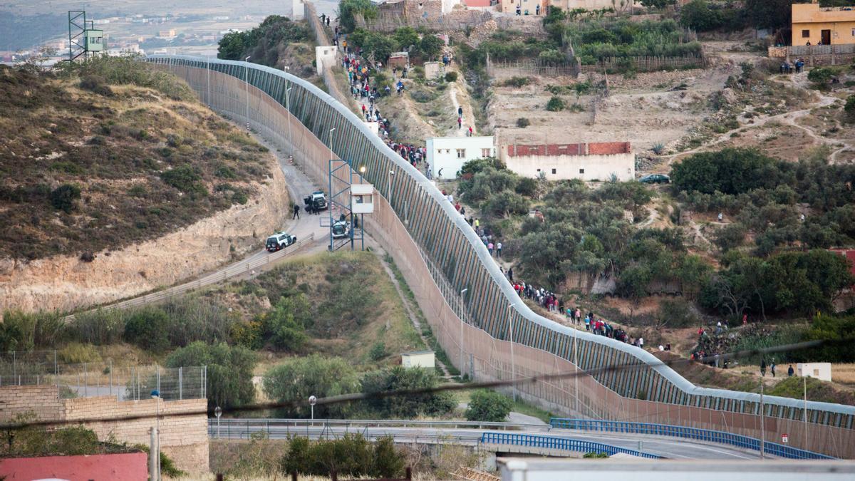 Cientos de migrantes intentan entra en Melilla.