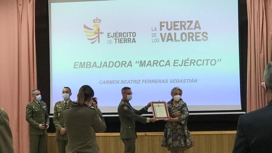 Carmen Ferreras, premiada por su defensa de los valores del Ejército