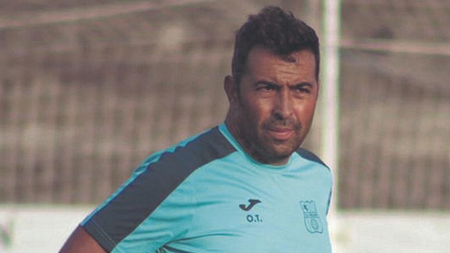 Óscar Troya, entrenador del Poblense: «No somos profesionales, tenemos que economizar muy bien nuestro tiempo»