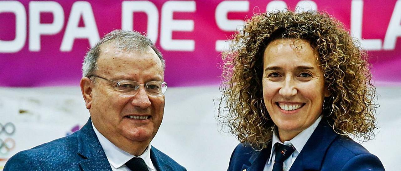 Mónica Carrió junto al presidente de la federación, Constantino Iglesias. | ISAAC MORILLAS