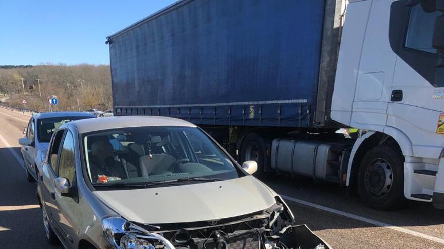 Accidente en la N-122, en Alcañices, entre un turismo y un camión