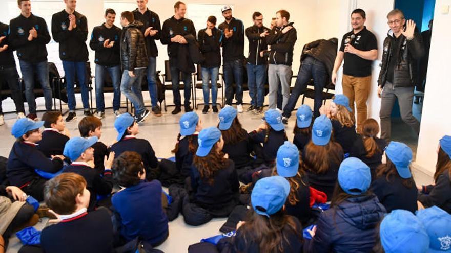 Los jugadores y cuerpo técnico del Obradoiro, de visita en A Coruña