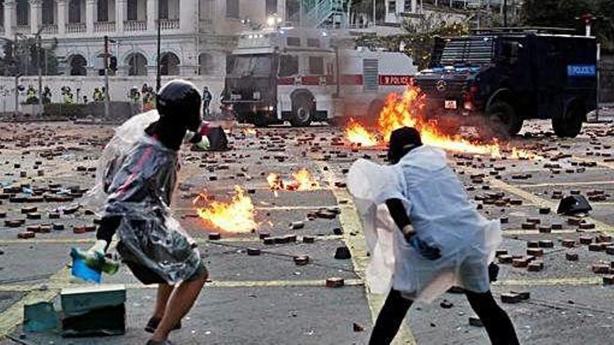 Hong Kong registra enfrontaments greus entre la policia i els manifestants
