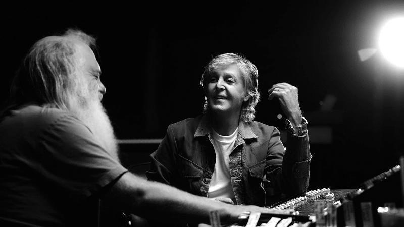 Rick Rubin y McCartney charlan distendidamente en la serie dirigida por Zachary Heinzerling.