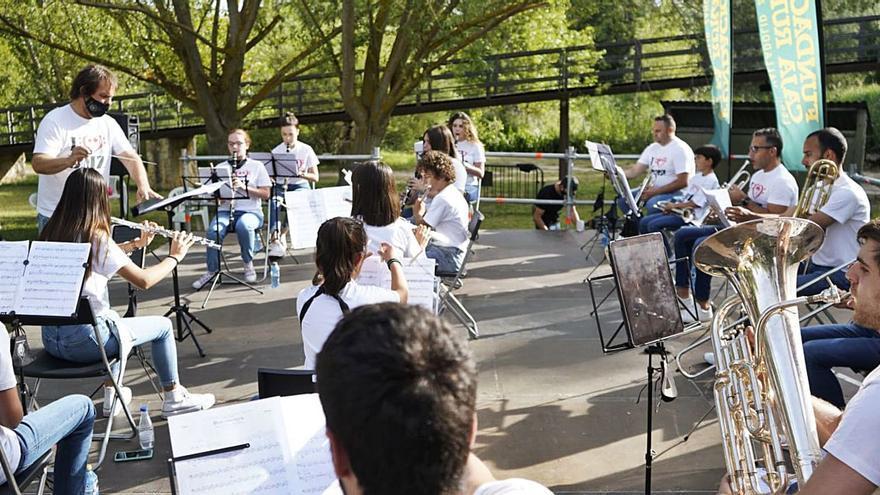 Las Aceñas de Cabañales, a ritmo de orquesta