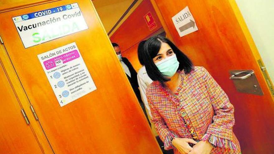 La ministra Darias pide calma pese al cambio de planificación con las dosis