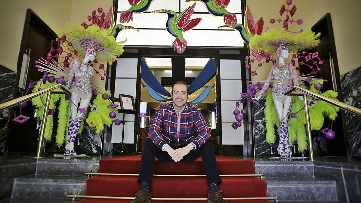 El interiorista Juan Oliva Tristán, artífice de la decoración del Casino Principal de Tenerife.