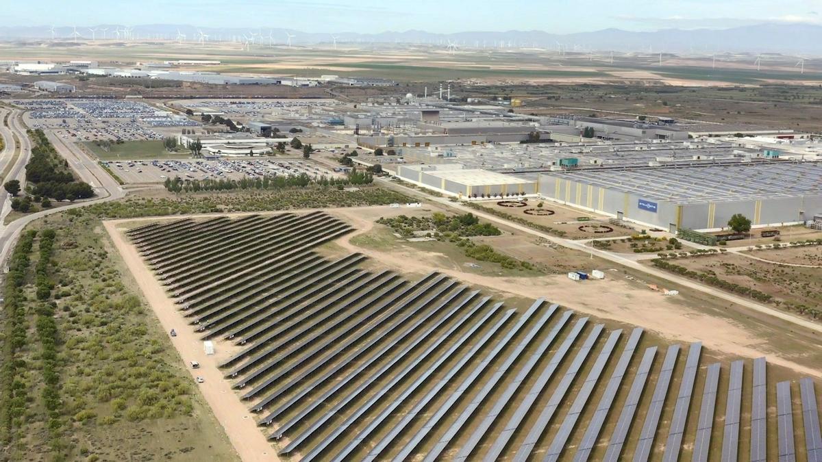 Cinco razones a favor y en contra de los macroparques eólicos y solares.