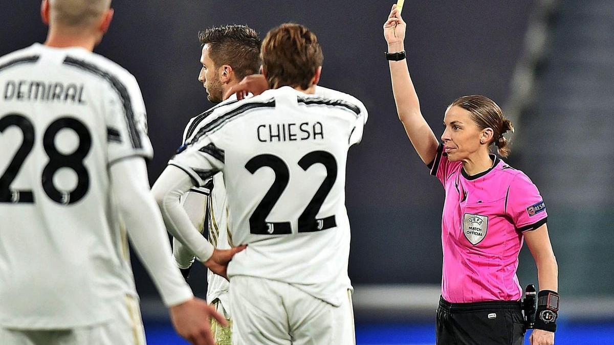 La árbitra francesa Stéphanie Frappart muestra una tarjeta amarilla durante el transcurso del Juventus-Dinamo de Kiev.