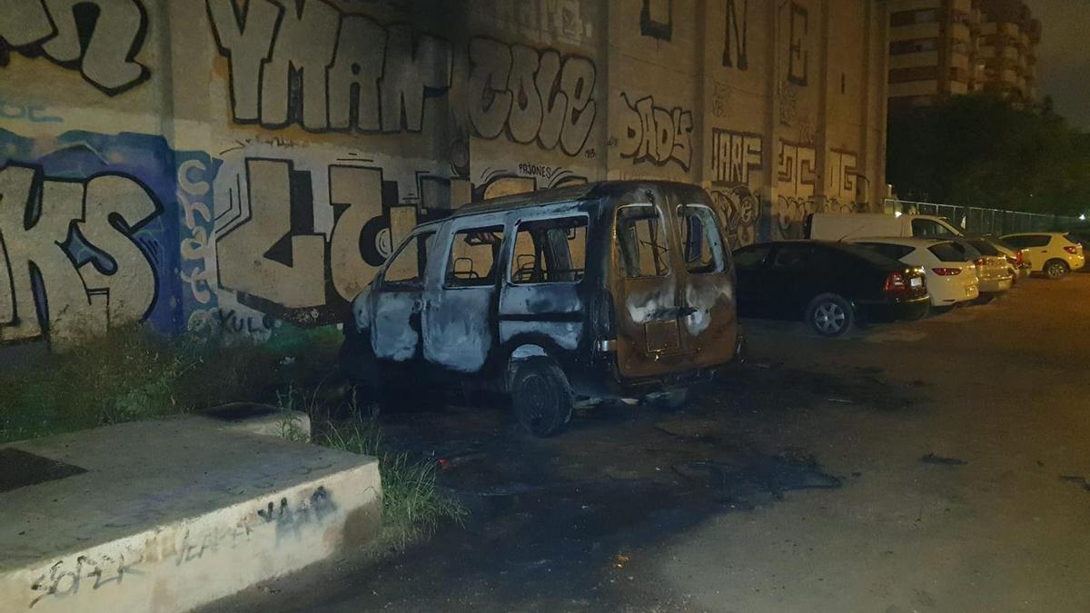 Uno de los vehículos quemado.