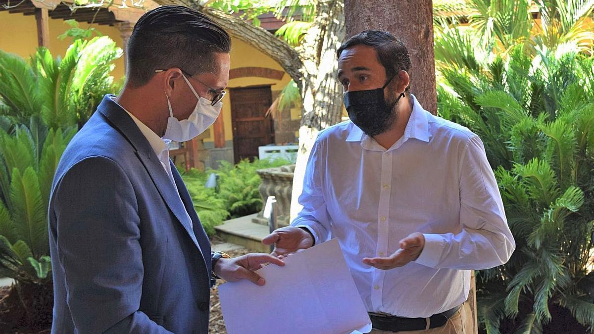 Alejandro Marrero, concejal de Hacienda (izquierda), junto a Rubens Ascanio, de Bienestar Social.