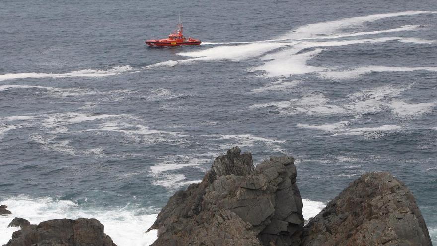 Buscan a un pescador asturiano que se cayó al mar en Galicia
