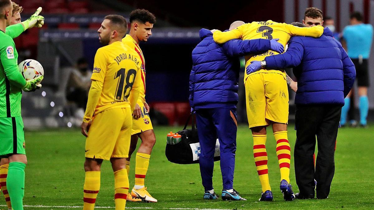 Piqué abandona el terreno de juego del Wanda Metropolitano. |  // EFE