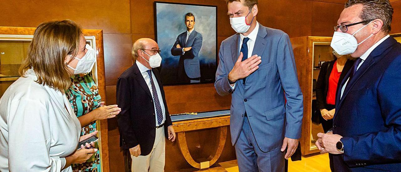Encuentro con el embajador (arriba) y británicos en Benidorm desafiando las restricciones. | DAVID REVENGA