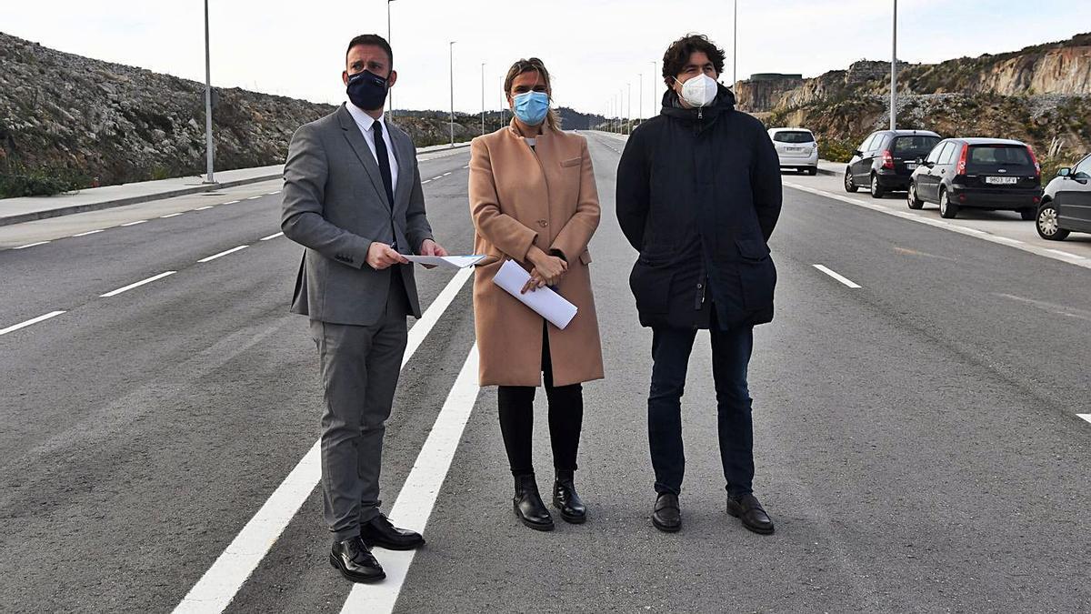 El delegado de la Xunta, la gerente de Xestur y el alcalde de Arteixo, en una visita a Morás.     // CARLOS PARDELLAS