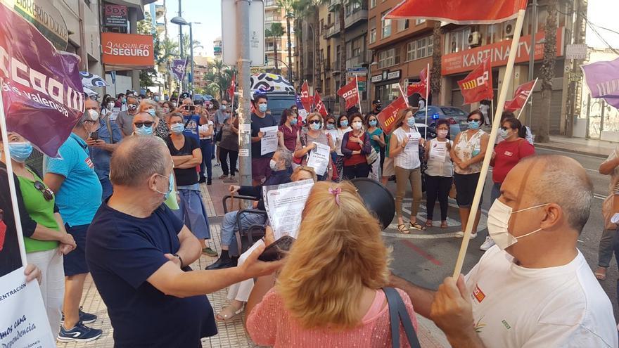 Concentración de  protesta de trabajadores de los centros de mayores de la provincia frente a la Sede provincial AERTE