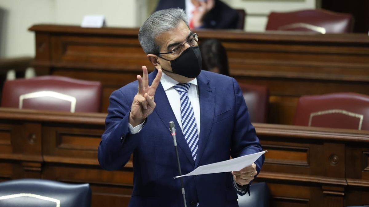 El consejero Román Rodríguez en el Parlamento este martes.