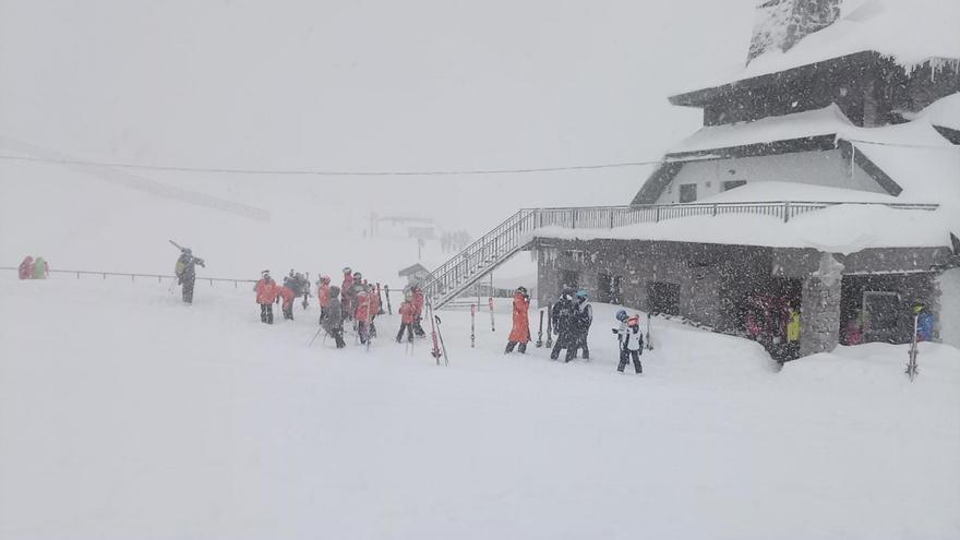 Pajares abre con 300 esquiadores: Mucha nieve y mal tiempo