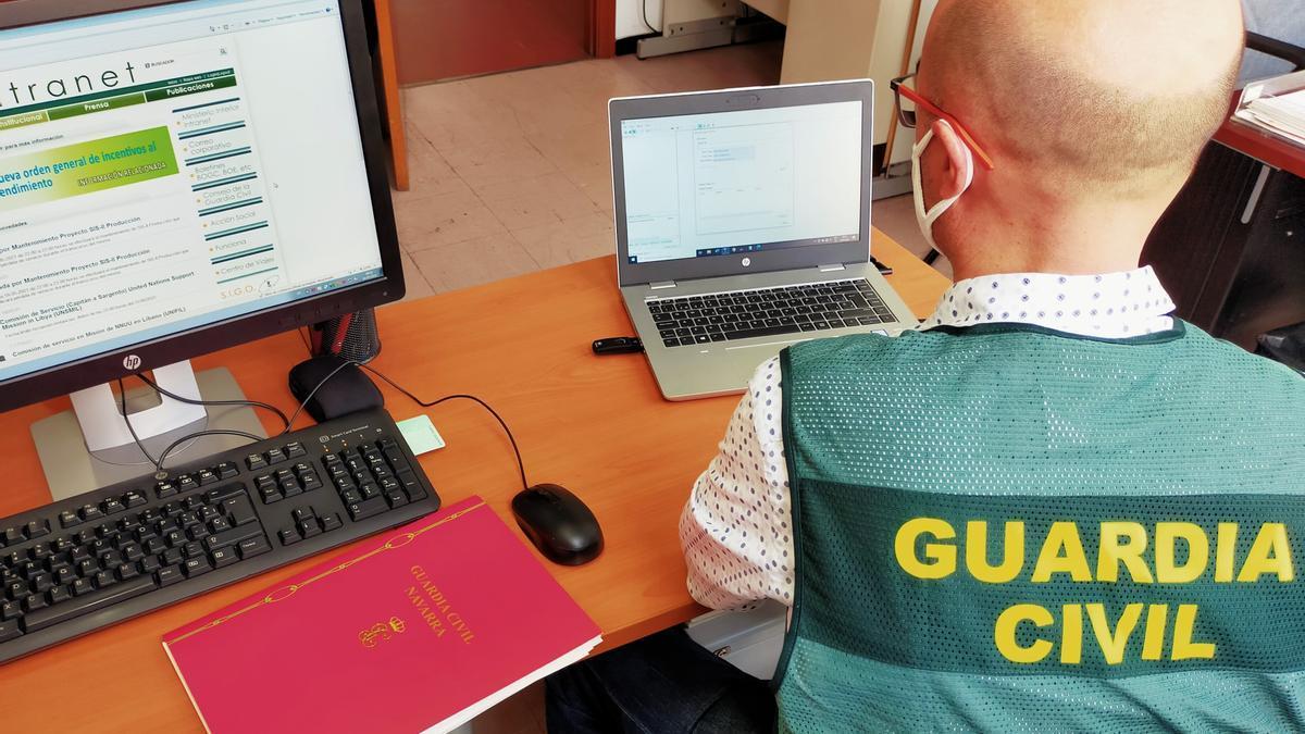 Un agente de la Guardia Civil con un ordenador