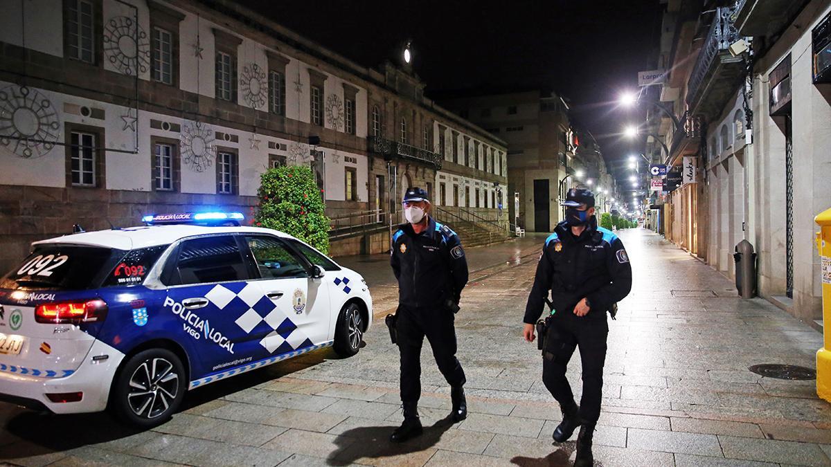 Dos policías patrullan por el centro de Vigo tras el cierre perimetral de la ciudad