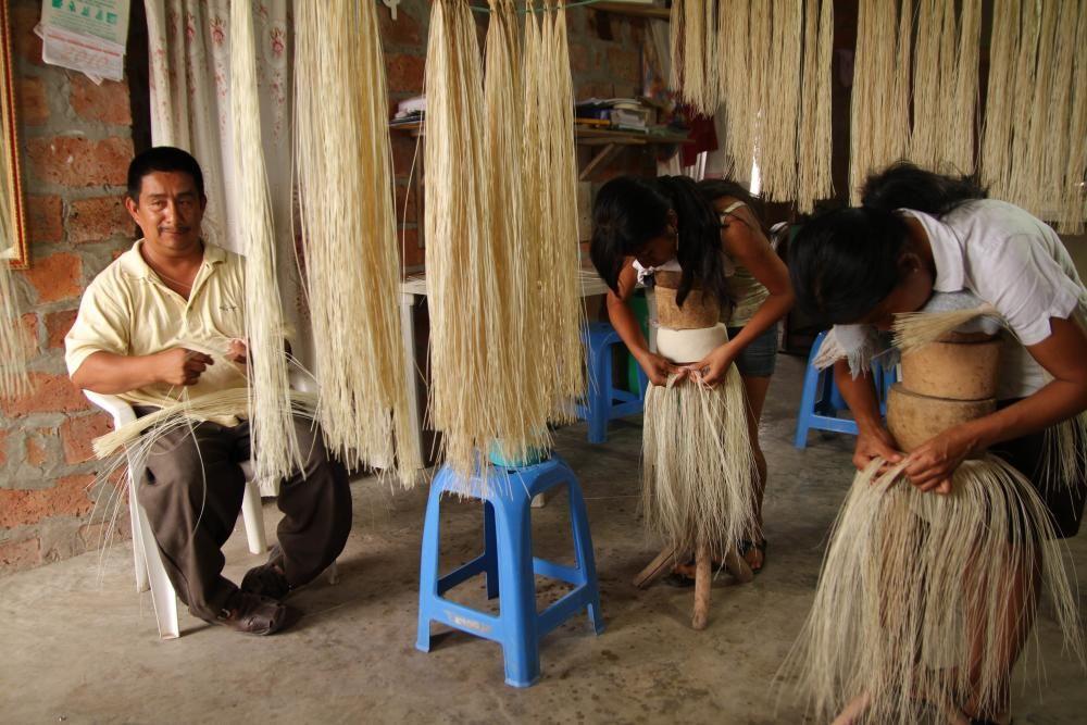 Ecuador - Tejido tradicional del sombrero ecuatoriano de paja toquilla.