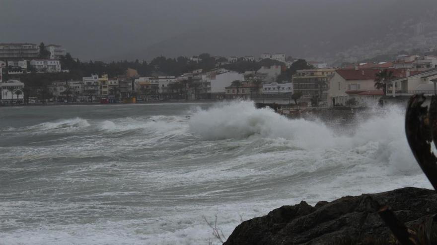 La llevantada castiga la costa i la pluja talla algunes carreteres secundàries