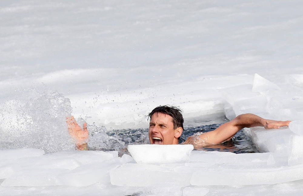 Nuevo récord mundial de natación bajo hielo.