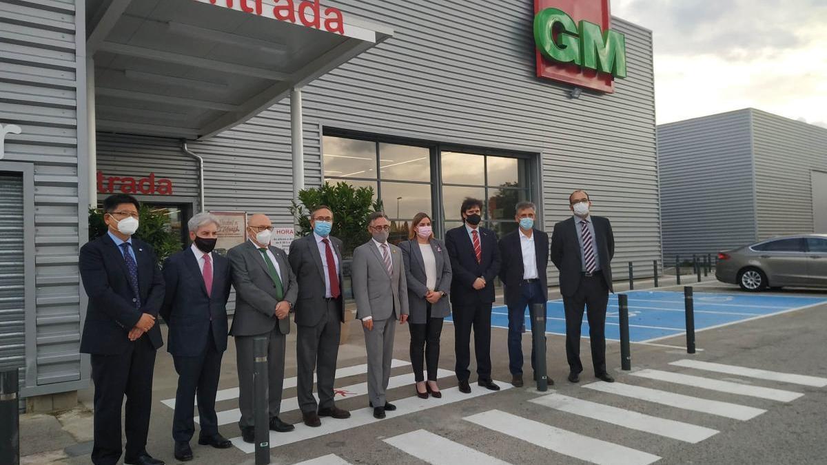 Directius de GM Food amb el conseller i altres autoritats.